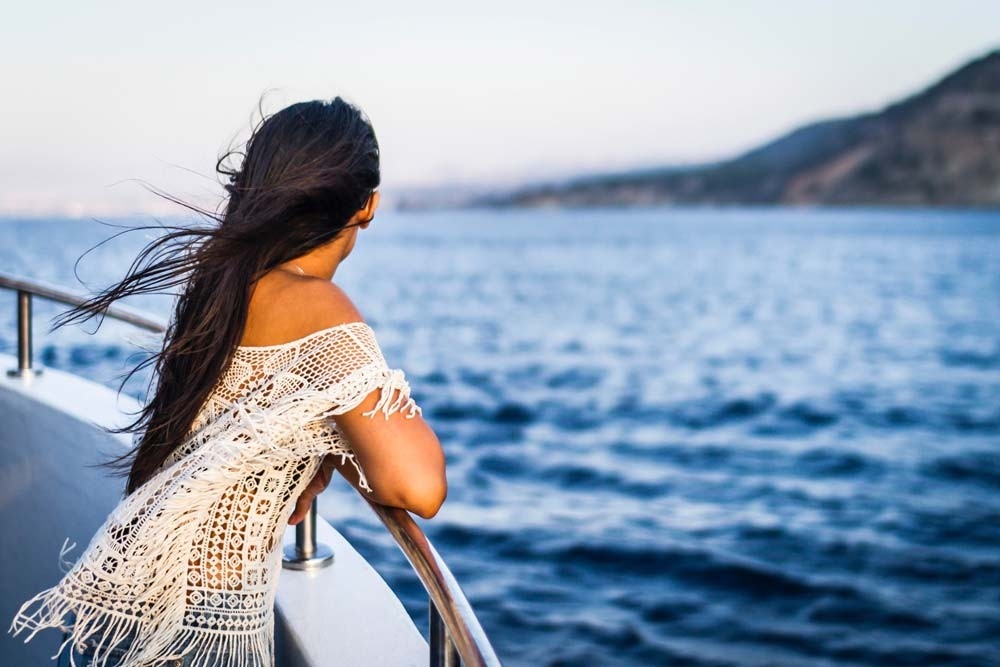 woman on cruise ship looking at the sea